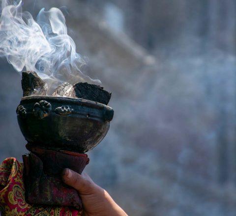 Rituel de purification maya avec de l'encens, Oasis