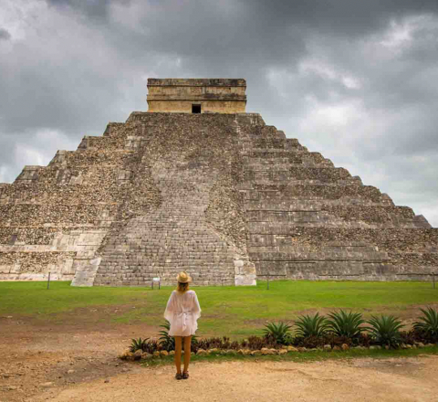 Devant el Castillo de Chichen Itza, Yucatan, Mexique, Oasis
