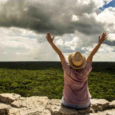 Homme au sommet de la pyramide de Coba, Mexique, Oasis