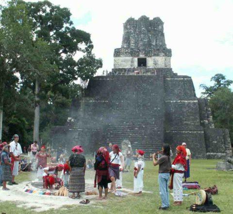 Cérémonie maya devant la pyramide de Tikal, Guatemala, Oasis