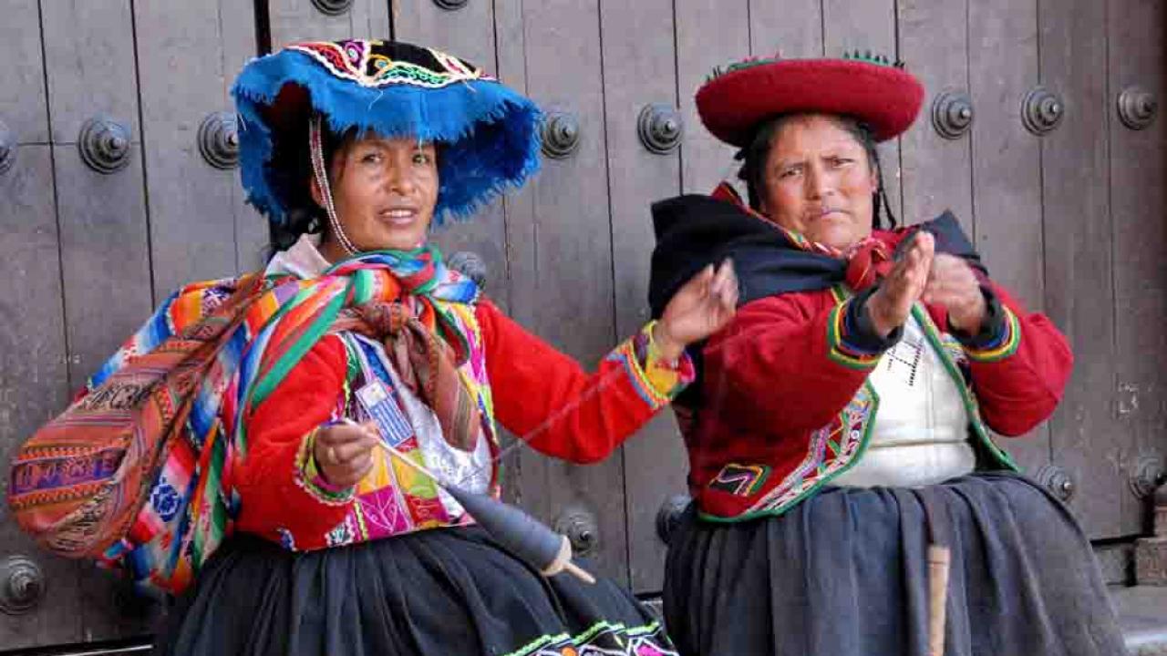 Péruviennes en vêtement traditionnel, Pérou, Oasis