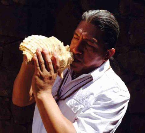 Rituel chamanique avec une conque, Paullo, voyage en conscience, Pérou, Oasis