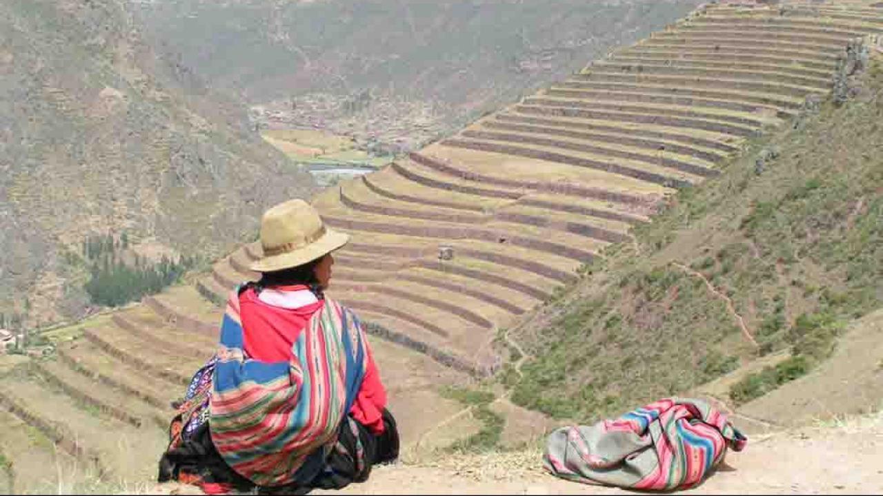 Femme devant Pisac, Pérou, Oasis