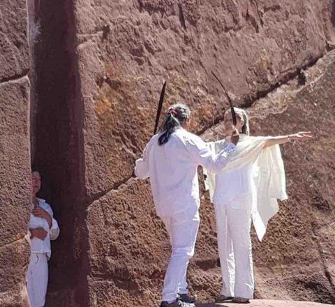 Rituel de Paullo devant la porte d'Hayu Marca, Pérou, Oasis