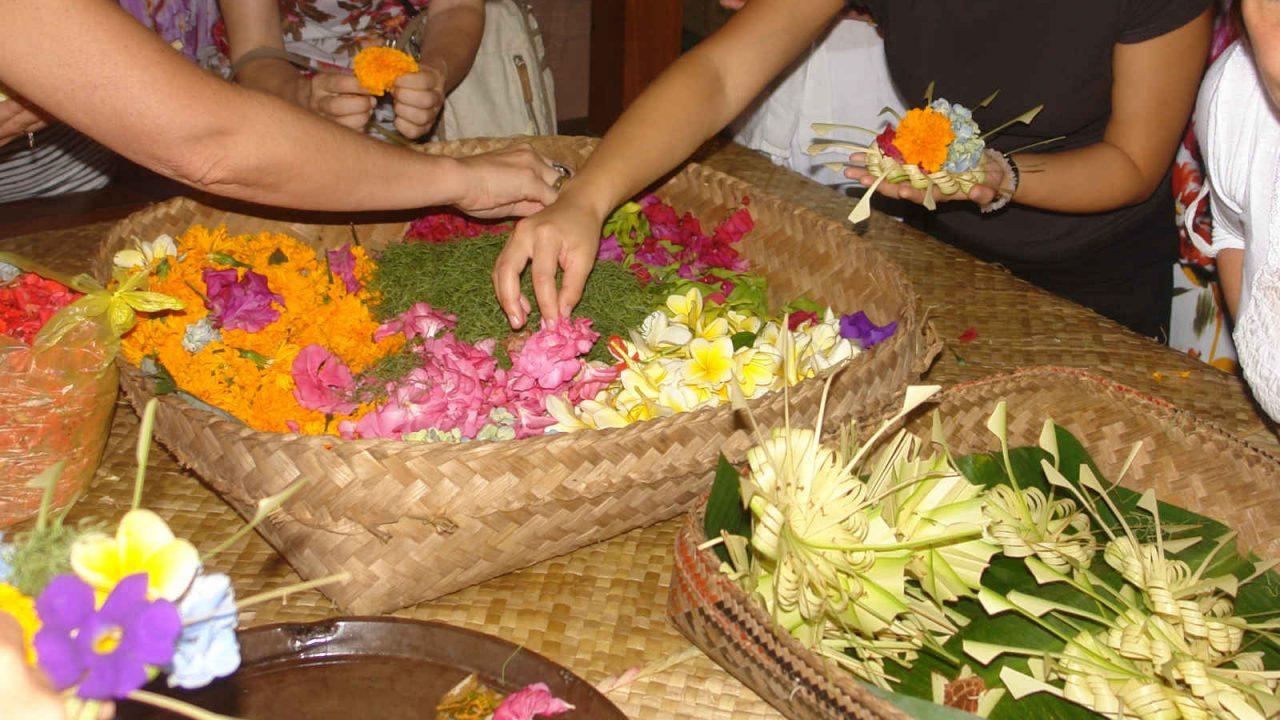 Confection d'offrandes à Bali Oasis