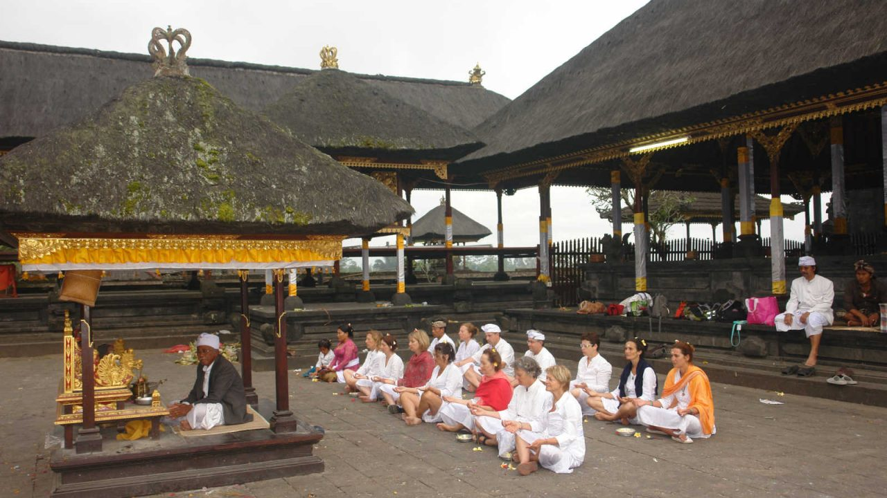 Temps de prière au temple Besakih Oasis