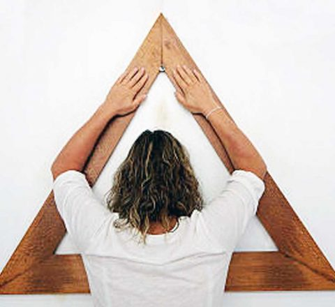Casa Dom Inacio, femme devant le triangle de prières, Brésil, Oasis