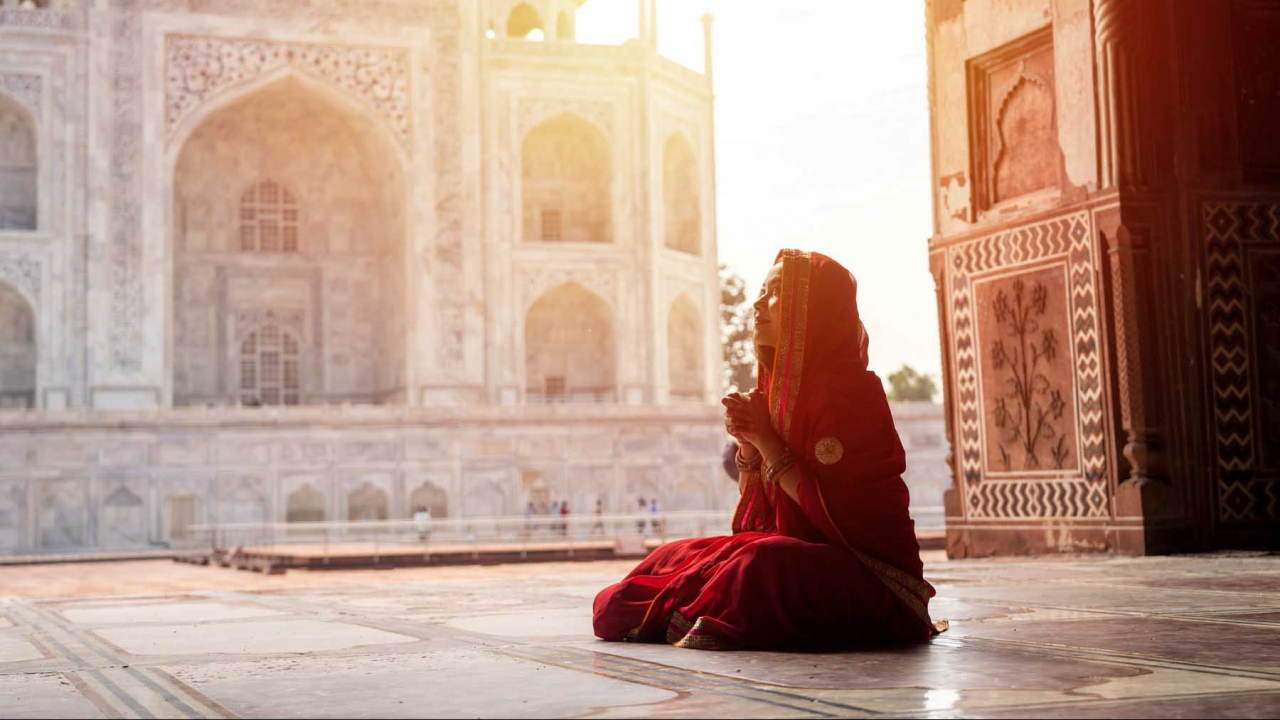Prière devant le Taj Mahal, Inde, Oasis