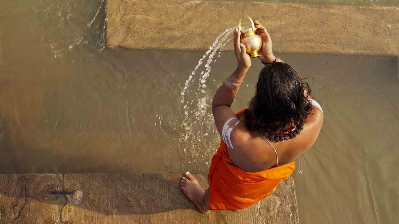 Ablution, purification dans le Gange, Inde, Oasis