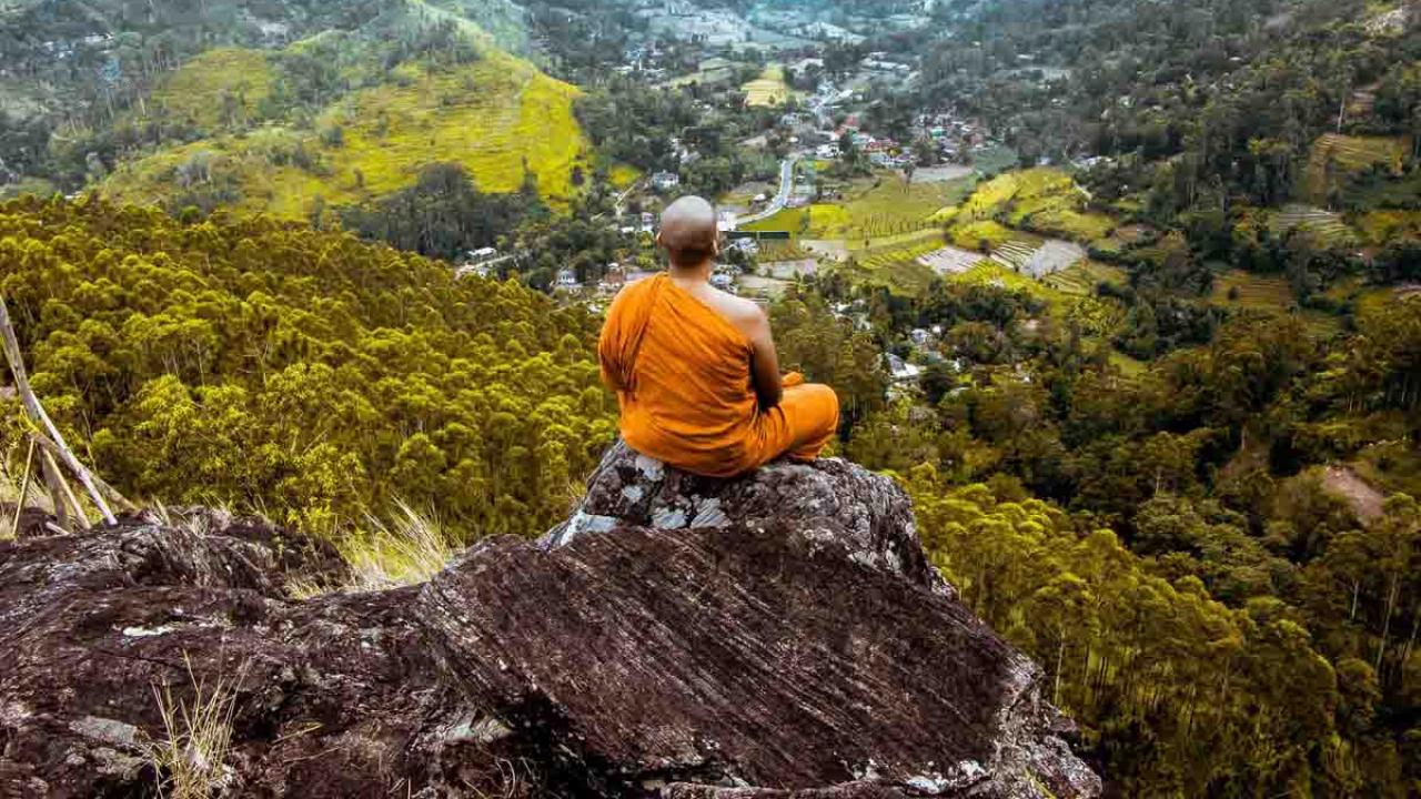 Bouddhiste en méditation face à la vallée, Inde, Oasis