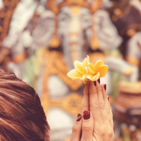 Prière et offrande à l'attention du dieu Ganesh, hindouisme, Oasis