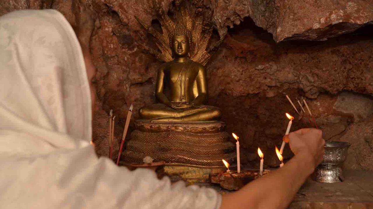 Geste de dévotion dans une grotte méditative, Himalayas, Ladakh voyage bouddhisme, Oasis