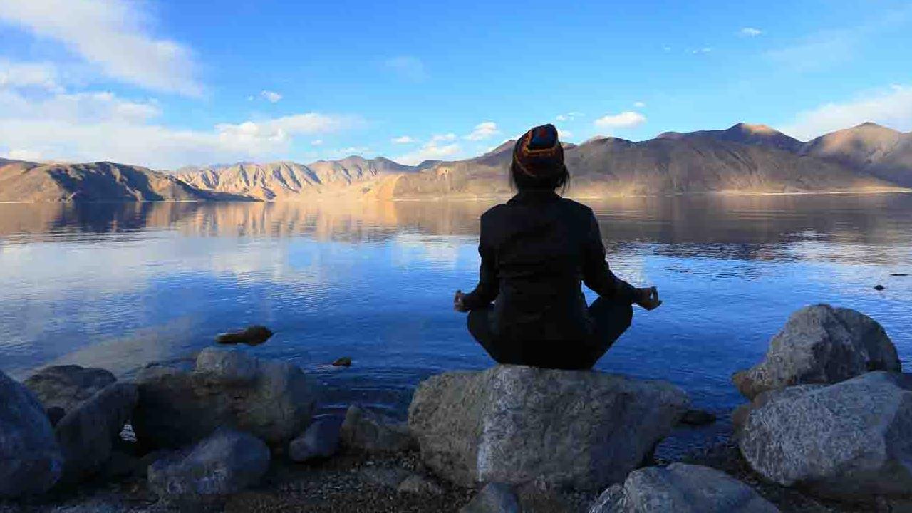 Méditation aux abords d'un lac sacré, Himalayas, Oasis