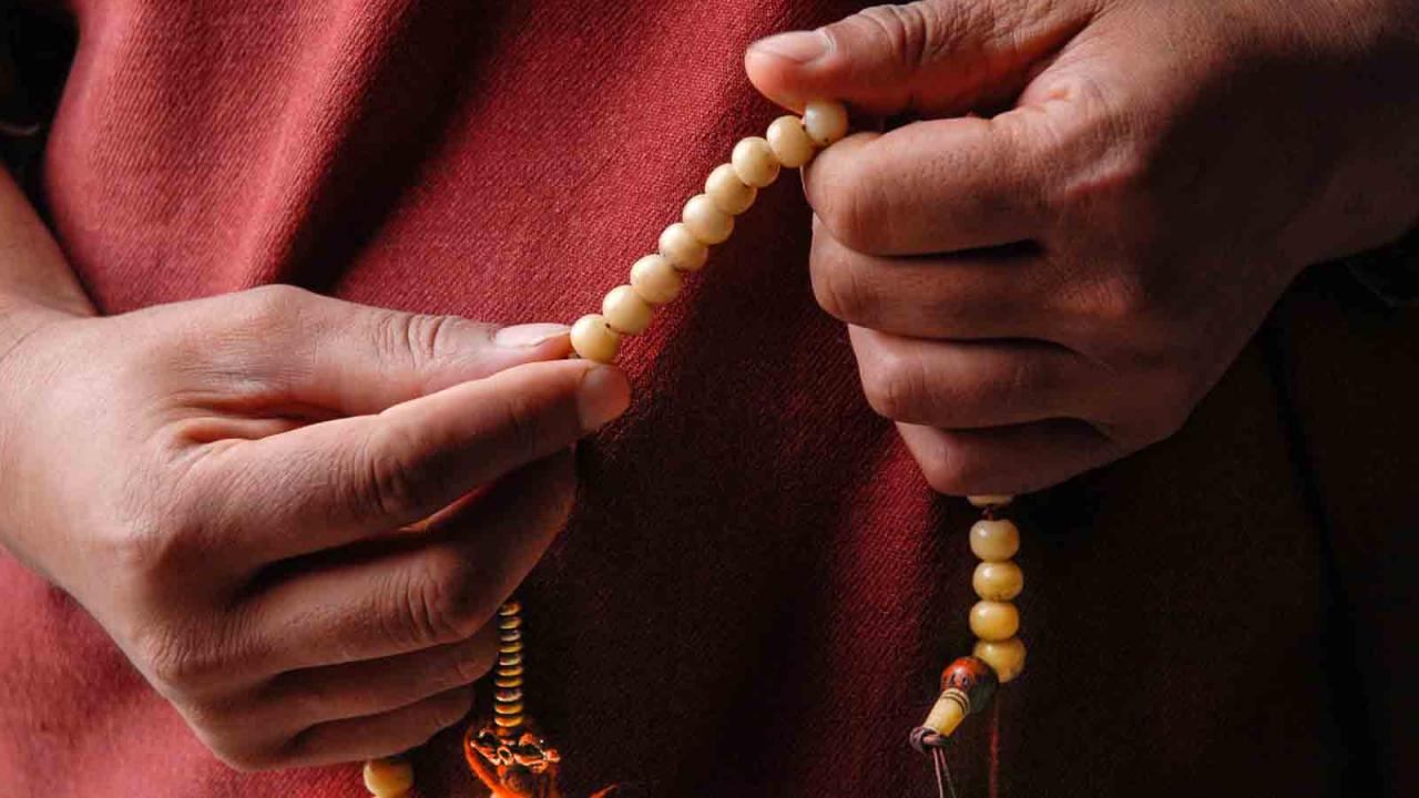 Prière bouddhiste à l'aide d'un mala, Himalayas, Oasis