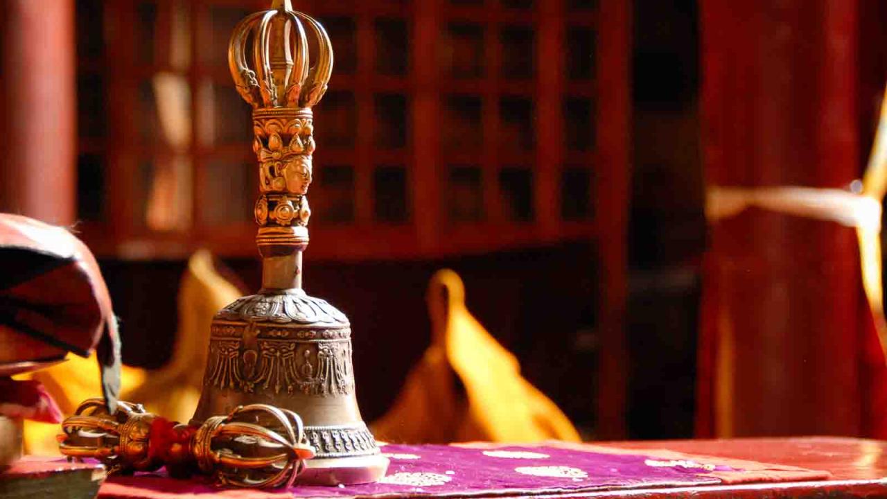 Clochette et Vajra dans le monastère de Likir, Inde Ladakh, Oasis