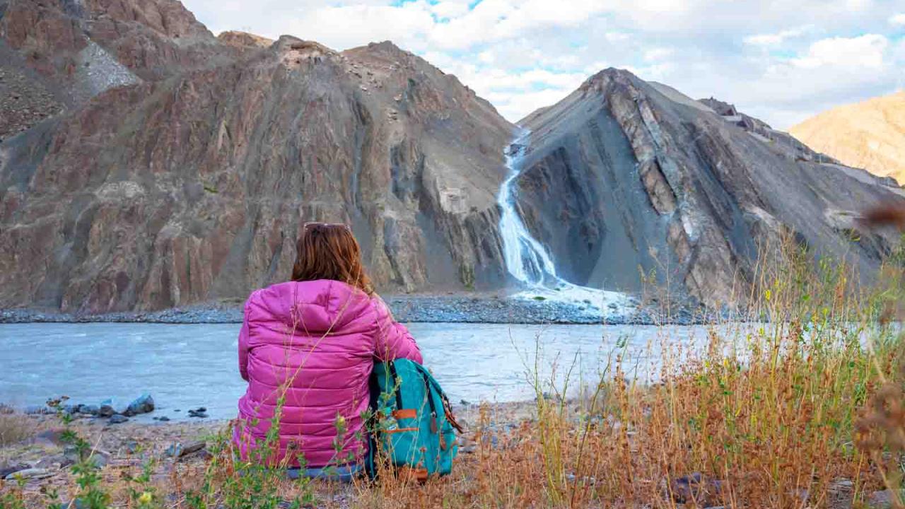 Contemplation des forces de la nature près d'Alchi, Inde Ladakh, Oasis