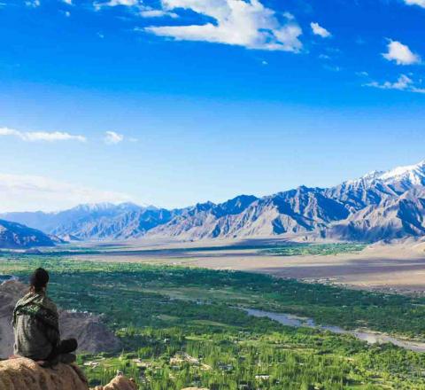 Méditation avec vue sur la vallée de la Nubra, Inde Ladakh, Oasis