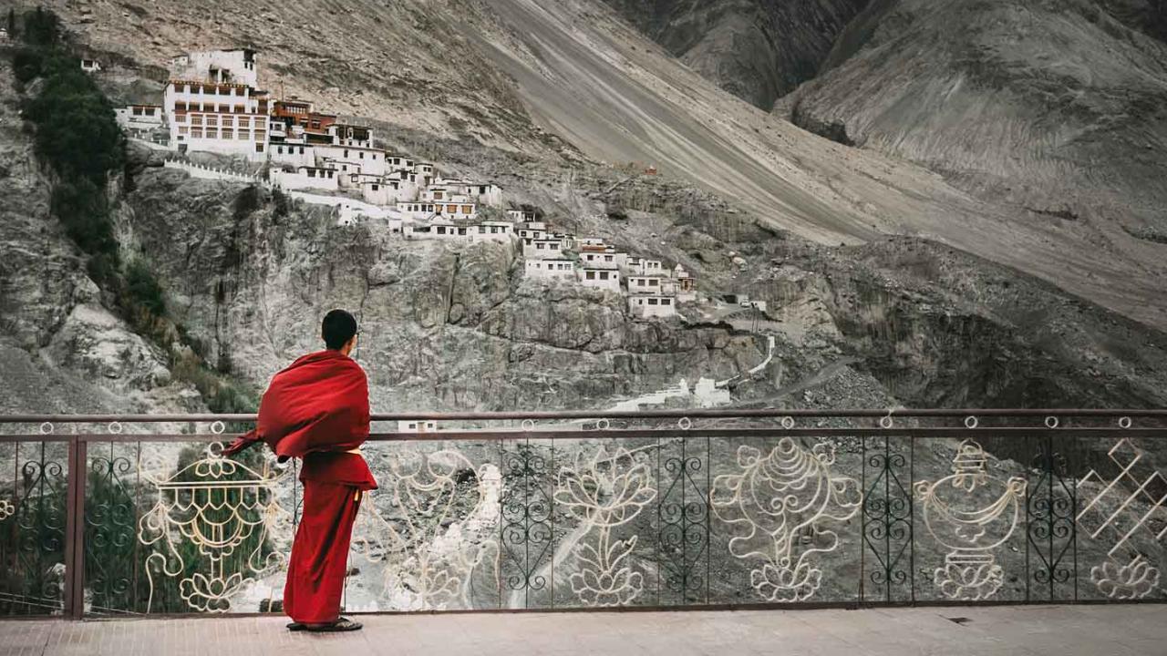 Moine bouddhiste devant le monastère de Diskit, Inde Ladakh, Oasis
