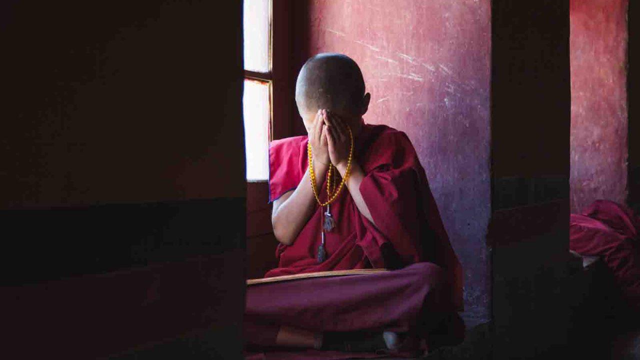 Moine en prière méditative à Leh, Inde Ladakh, Oasis