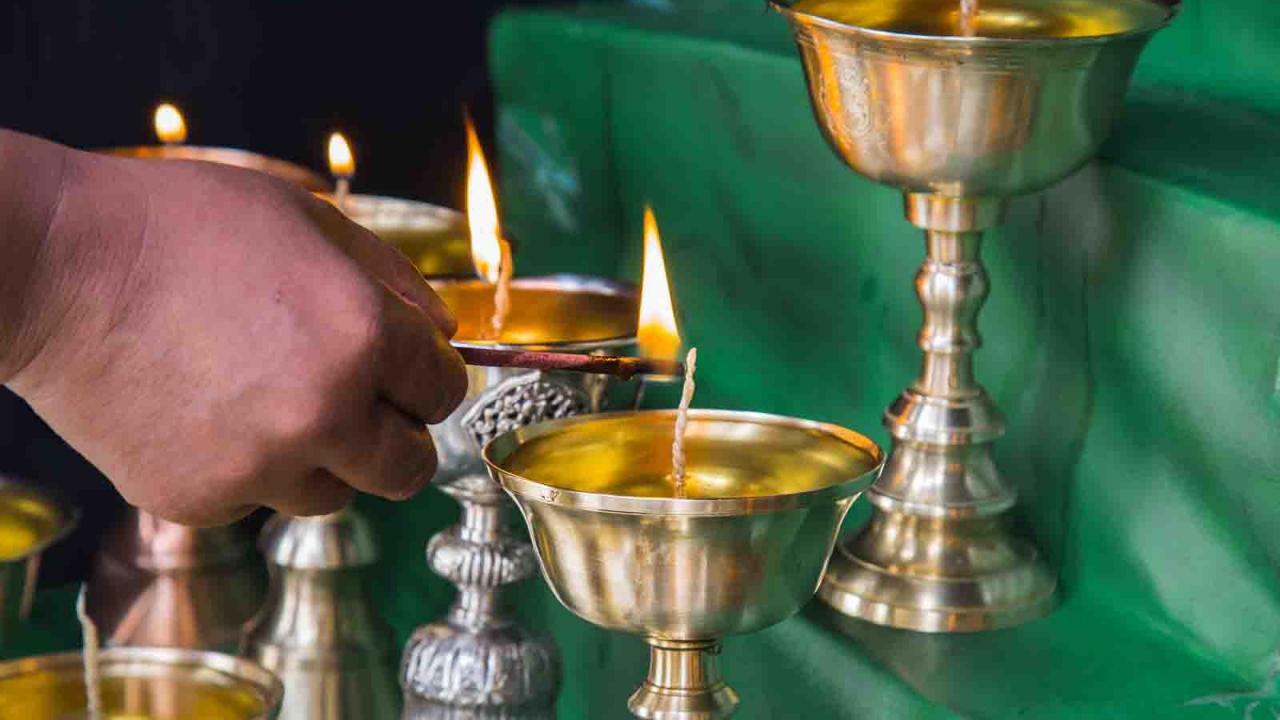 Bougies allumées à l'occasion de la puja matinale, cérémonie bouddhiste, Inde Ladakh, Oasis