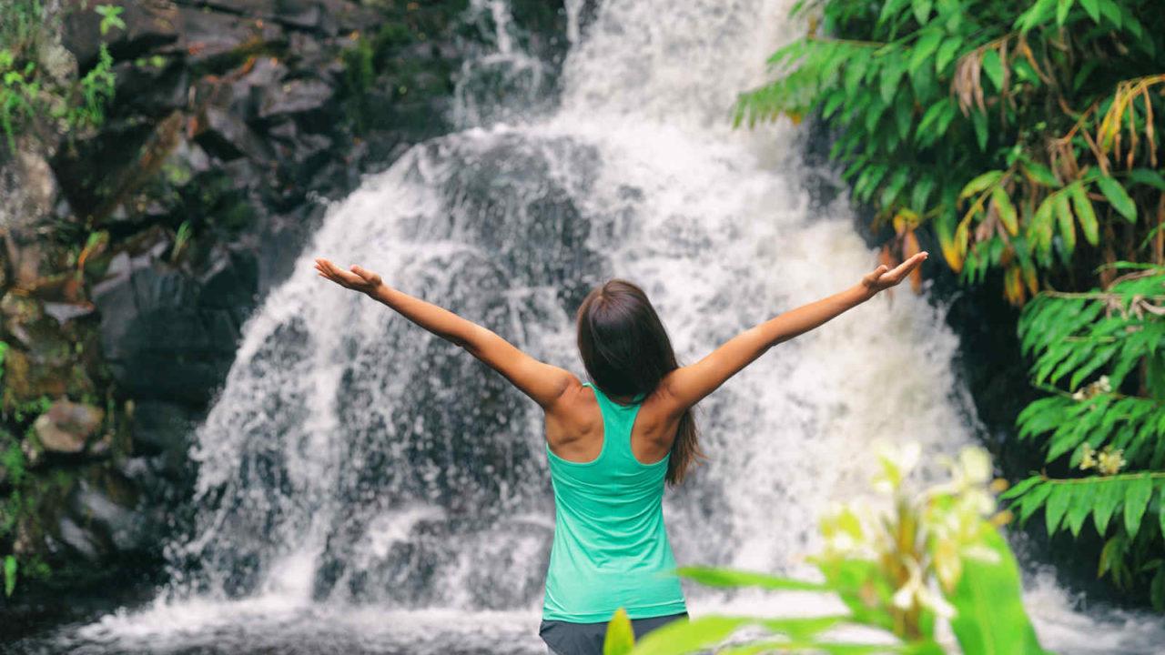 Méditation au pied d'une cascade France Oasis