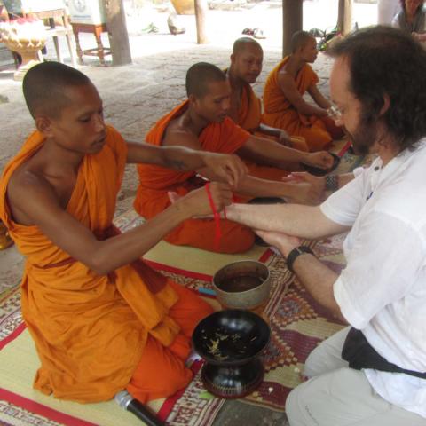 Bénédiction d'un moine au Cambodge, Oasis